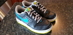 Boys Nike Sneakers size 2 youth Excellent!
