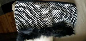 Très Beau Foulard, fourrure coyotte teinté noir