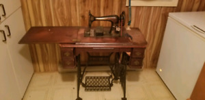 Antique Singer sewing machine. Machine a coudre