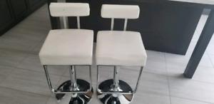2 tabourets blancs de comptoir ou bar
