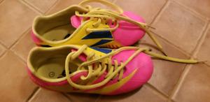 Souliers de soccer pour fille grandeur 1 mais fait pour 13