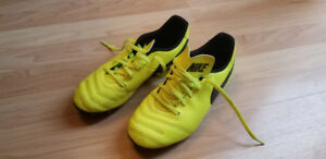 Nike soccer shoes - Size 6 (youth)