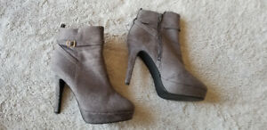 Gray suede boots - Size 9