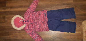 3T Girl's 2 piece snow suit. In perfect condition.