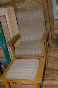 Chaise bercante et pouf