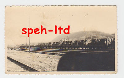Original Foto / auf einem Zug verladene LKW und Panzer im WW2