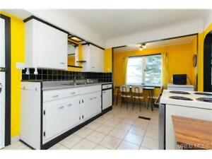Pet Friendly 3Bed/1Bath-enough space for 4 people! With Parking