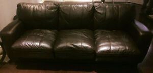 Sofa lit brun foncé en cuire/brown leather pull out couch