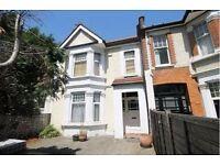 3 bedroom flat in Upper Richmond Road West, SW14