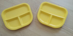 6 plastic plates with dividers