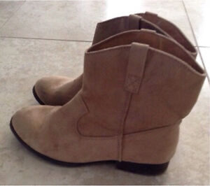 Girls Size 4 boots and shoes $10 each London Ontario image 3