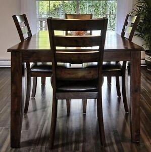 ***Table de cuisine bois foncé & 4 chaises prix négociable***