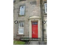 2 bed apartment Central Stirling seeking female intern/student -free parking/safe area/garden