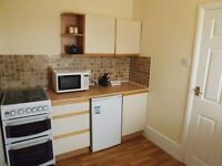 Spacious Studio - Walking Distance to Raynes Park Town Centre & Station