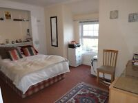 LARGE STUDIO IN RAYNES PARK WITH A PRIVATE TERRACE