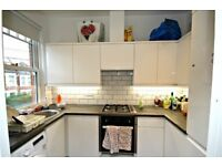 AMAZING THREE BEDROOM FLAT!!! CALL NOW PARKINSONFARR ON 02084594555 TO ARRANGE A VIEWING!!!