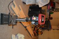 Une perceuse a colonne / A drill press