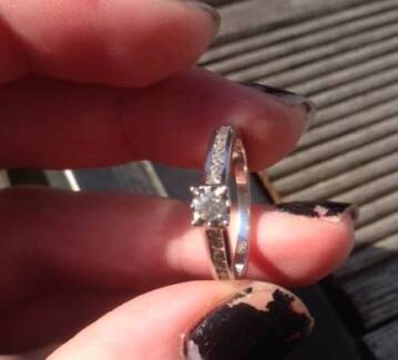18ct White Gold Diamond Ring with shoulder stones