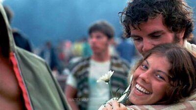 Love Couple Photo - COUPLE IN LOVE AT WOODSTOCK 50TH ANNIVERSARY AUG 16, 1969 PUBLICITY 5 X 7 PHOTO
