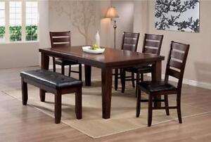 $899 - TABLE À DÎNER + 4 chaises + Banc