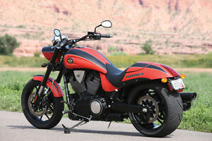 2011 VICTORY HAMMER S RED/BLACK WITH EXTENDED WARRANTY COVERAGE