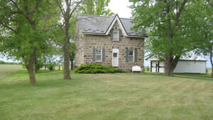 Kincardine area stone cottage - huge yard and privacy