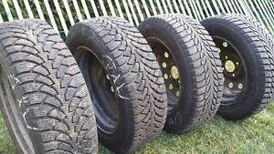 """A qui la chance. Je vend 4 pneus d""""hiver; 2 x Nordwood 2 et 2 No"""