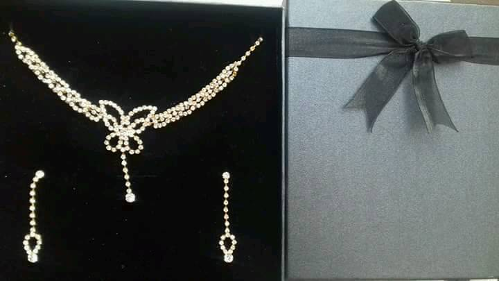 Gift Boxed Gold Coloured Necklace And Earring Set Brand New