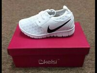 Kids size 12 nike rosches