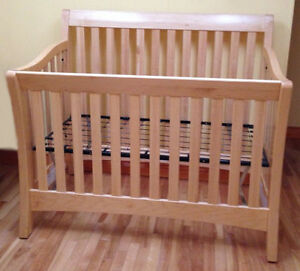 4-in-1 CONVERTIBLE SOLID WOOD NATURAL BEAUTY CACHE CRIB