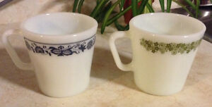 VINTAGE 2 TASSES EN PYREX MILK GLASS BY CORNING NY US