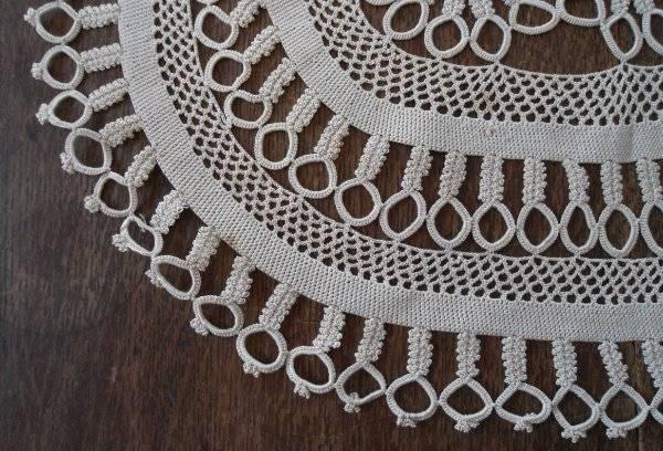 """Vintage Ecru Crochet Lace Centerpiece Doily Retro Daisies & Petals 21"""""""