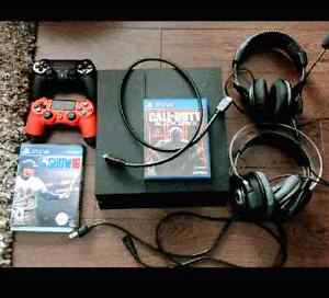 Perfect PS4 with 2 games and 2 controllers and 2 headphones