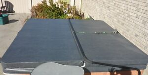 Hot Tub Cover and lifter -- Almost new!