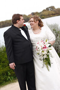Plus size ivory wedding gown with wrap and hanging bag West Swan Swan Area Preview