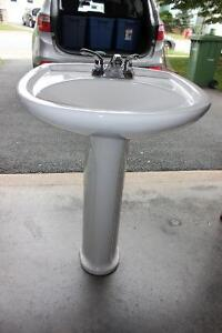 Pedestal sink, with faucets. Excellent condition.