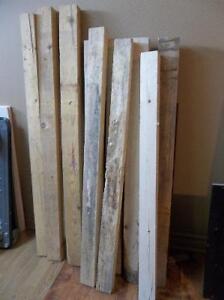 Planches, poteaux, pièces de bois, etc.
