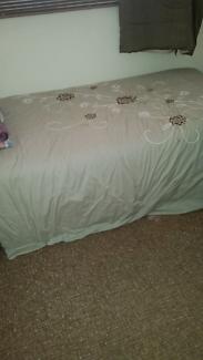 Bed king single on castors