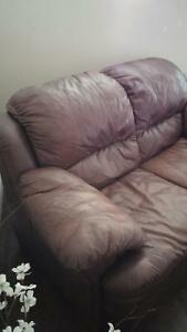 BROWN LEATHER LOVE SEAT  $190 OBO Kingston Kingston Area image 4