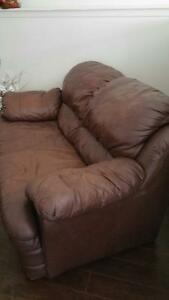 BROWN LEATHER LOVE SEAT  $190 OBO Kingston Kingston Area image 2