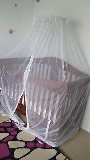 Freestanding halo net for cot