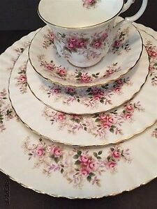 1961 - 5 Pieces Place Setting Royal Albert Lavender Rose