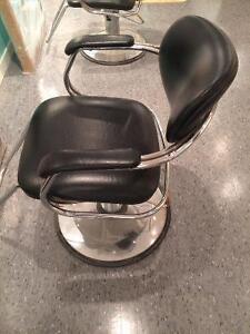 Chaises de coiffure en bon état