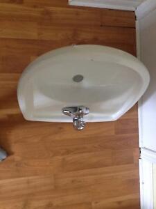 Vanité et robinet de salle de bain