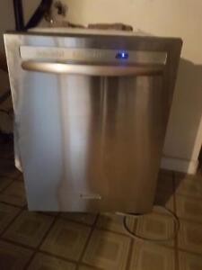 Super beau lave-vaisselle de marque kitchenaid intérieur et extérieur en stainless fonctionne très bien et très silencie