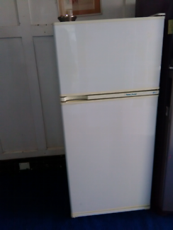 FRIDGE/FREEZER FISHER & PAYKEL FROST FREE 320liters