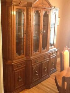Beautiful dining table, 6 chairs, buffet and hutch