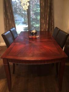 Selling dining table for $300