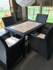 Set de patio (table et 4 sofas) en superbe condition