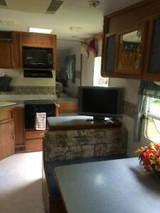 Prowler Fifth wheel trailer in amazing condition